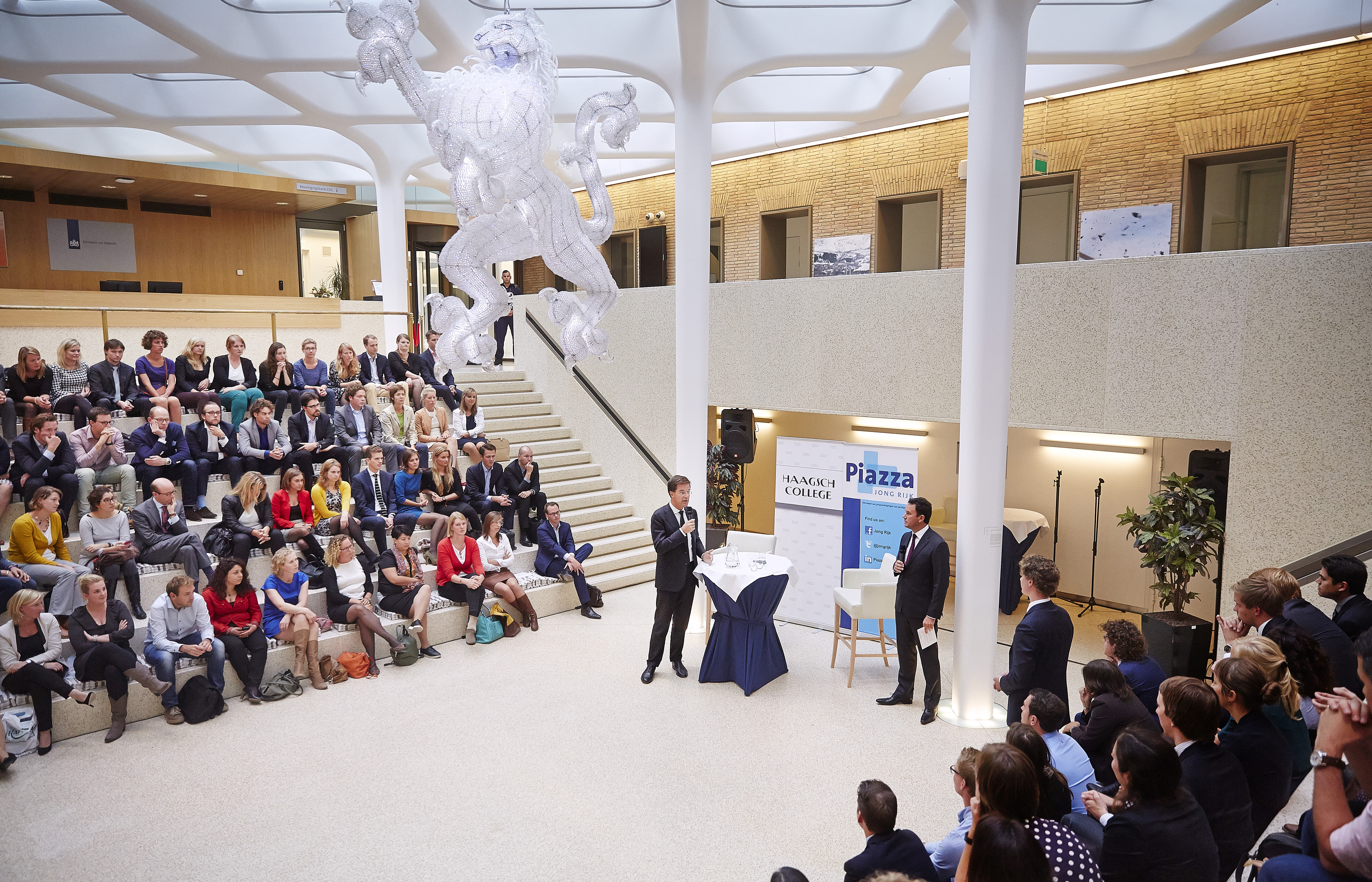Den Haag, 26 augustus 2014, Premier Mark Rutte ontmoet jonge Defensie-ambtenaren in de Leeuwenkuil op het ministerie van Defensie.